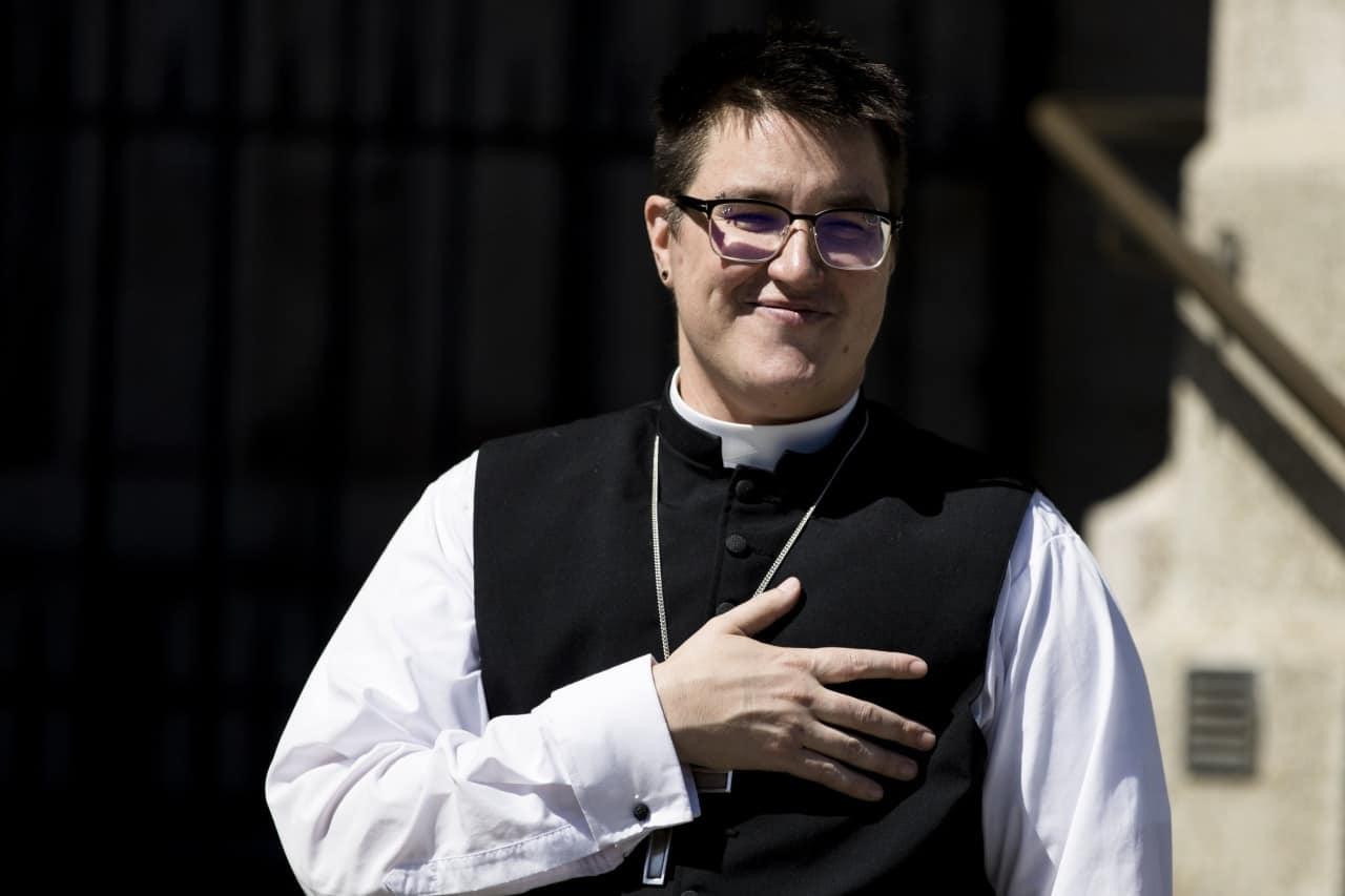 Transsexueller Bischof betritt sein Amt